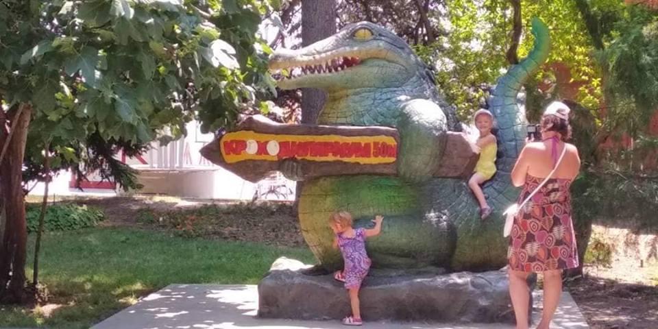 """Ялтинцы встали на защиту """"крокодила"""" на набережной города"""