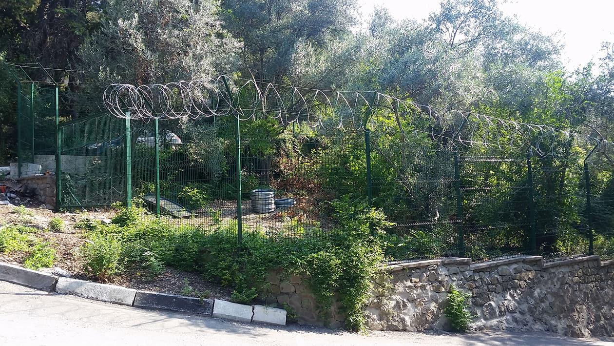 Ялтинцы в шоке: Никитский сад обнесли тюремным забором и колючей проволокой