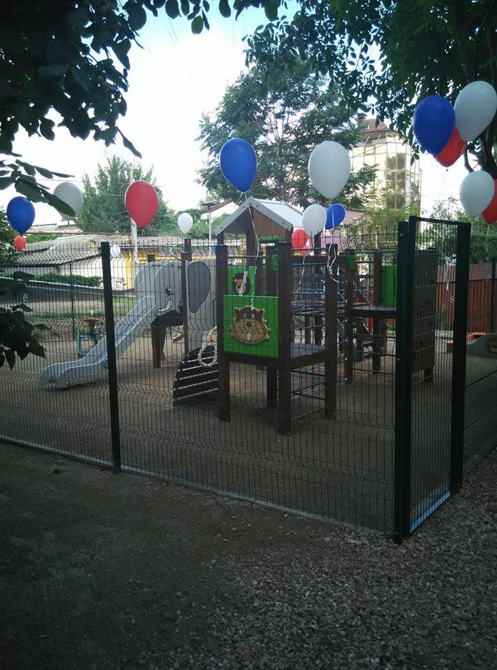 В Симферополе новые детские площадки прячут в клетки