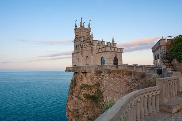 В Крыму сделают подсветку скалы, на которой стоит дворец «Ласточкино гнездо»