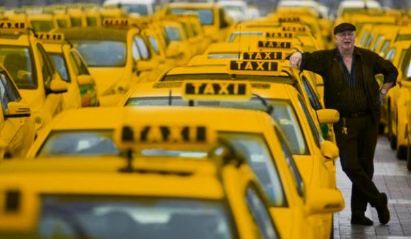 Назойливые таксисты и высокие цены раздражают авиапассажиров