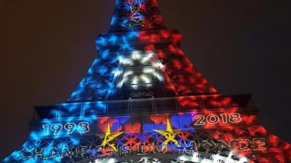 Эйфелева башня окрасилась в цвета флага Франции в честь победы сборной страны на ЧМ-2018