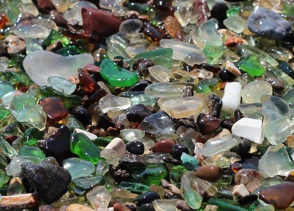 Китайские туристы разворовывают на сувениры стеклянные камни на пляже Владивостока