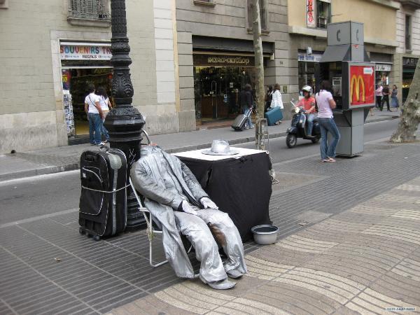 Из центра Мадрида выгнали уличных артистов