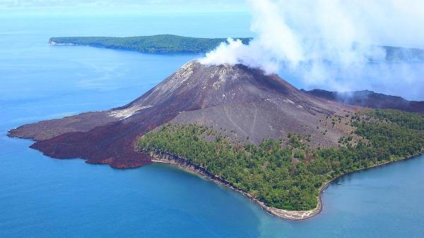 Посольство РФ в Индонезии предупредило россиян о повышенной активности вулкана Анак Кракатау