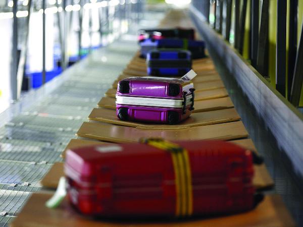 В Шереметьево пассажирам предложили самим переносить багаж между терминалами
