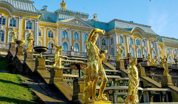 Туристический сезон в Петербурге стал на месяц длиннее