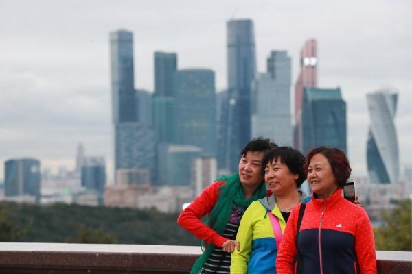Медведев посоветовал туристам из КНР приехать в РФ минимум три раза, чтобы узнать страну