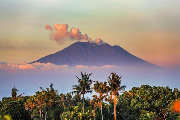 Туристам рекомендовали не посещать район активного вулкана Агунг на острове Бали