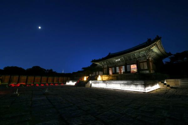 С 2019 года дворец Чхангёнгун открывает свои двери для вечерних прогулок